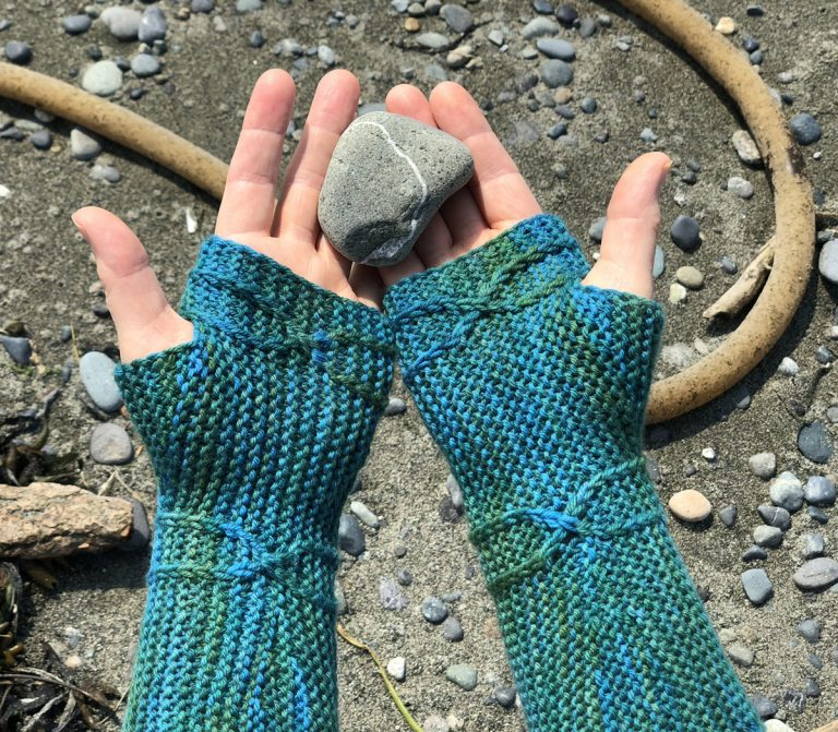 The Guadalupe River Mitts - Cat Bordhi's Fingerless Mitts Knitting Patterns provides you with 9 folios and 25 patterns.