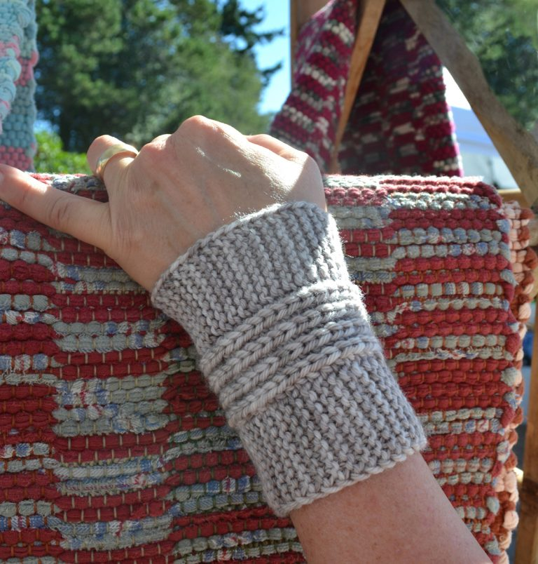 Short Zen Garden Cuffs - Cat Bordhi's Fingerless Mitts Knitting Patterns provides you with 9 folios and 25 patterns.